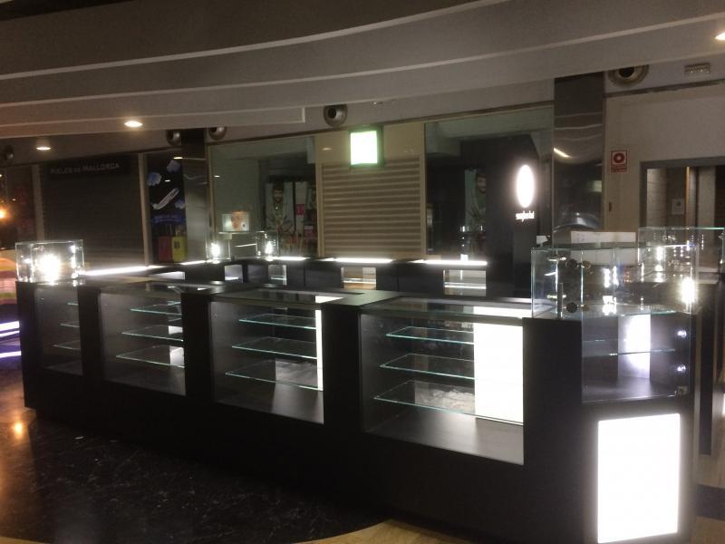 montaje de mobiliario expositor en centros comerciales