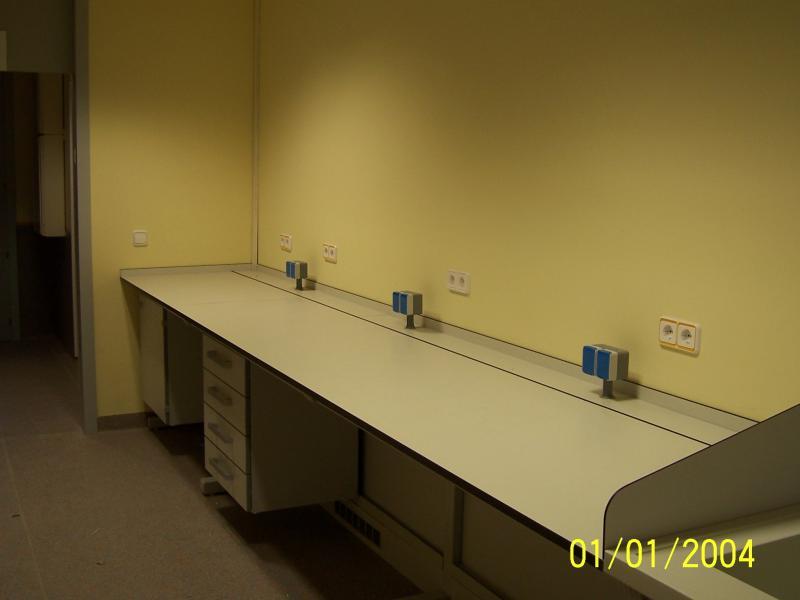 montaje de mobiliario cientifico en universidad montajes m3