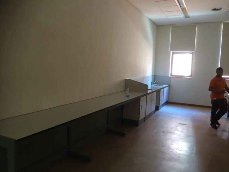montaje de fregaderos en mueble de laboratorio montajes m3