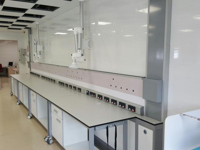 montaje e instalación de mobiliario de laboratorio contract internacional